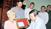 City chairman visits senior person, poor households on Tet occasion