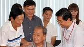Ban tổ chức Quả bóng vàng Việt Nam trao quà tết 10 cựu cầu thủ