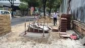 Thi công vỉa hè đường Nguyễn Thị Minh Khai chậm, gây khó cho dân