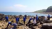 Ra quân vệ sinh môi trường biển tại đảo Cồn Cỏ