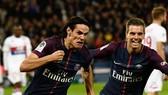 Edinson Cavani (trái, PSG) ăn mừng bàn thắng trước Lyon. Ảnh: Getty Images.
