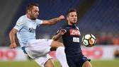 Hậu vệ Stefan de Vrij (Lazio) phá bóng trước Dries Mertens (Napoli). Ảnh: Mediaset