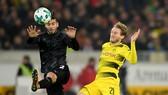 Andre Schuerrle (phải, Dortmund) cố gắng tâng bóng qua hậu vệ Stuttgart. Ảnh: Getty Images.