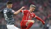 Robert Lewandowski đã ghi 2 bàn giúp Bayern Munich đè bẹp Augsburg 3-0. Ảnh: Getty Images.