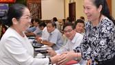 """Phó Bí thư Thành ủy Võ Thị Dung trao đổi cùng các đại biểu tại Toạ đàm """"Nâng cao trách nhiệm thực hiện chuẩn mực đạo đức công vụ của cán bộ,công chức, viên chức tại TPHCM"""""""