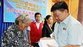 Ông Trương Tử Minh, Trưởng ban thường trực Hội quán Ôn Lăng trao hỗ trợ cho các cụ già neo đơn