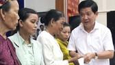 Thứ trưởng Bộ Công An Nguyễn Văn Sơn, thành viên BCH Hội đồng hương huyện Hòa Vang trao quà hỗ trợ cho người huyện Hòa Vang