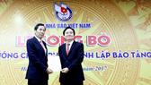 Chủ tịch Hội Nhà báo Việt Nam Thuận Hữu (bên trái) tiếp nhận Quyết định của Thủ tướng Chính phủ về thành lập Bảo tàng Báo chí Việt Nam
