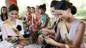 Người đẹp Nhật Bản và Hàn Quốc rất thích thú với màn gói bánh lọc