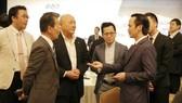 Chủ tịch Tập đoàn FLC Trịnh Văn Quyết (bên phải) trao đổi với các nhà đầu tư Nhật Bản