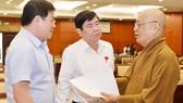 Chủ tịch UBNDTP Nguyễn Thành Phong trao đổi cùng đại biểu HĐNDTP. Ảnh: Việt Dũng