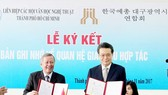The signing ceremony of the Memorandum of Understanding  between Ho Chi Minh City Literature and Arts Association and Daegu Literature and Arts Association of South Korea