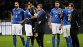 Sự thất vọng của các cầu thủ Italia sau trận đấu. Ảnh: Reuters