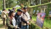 Tourists visit photo exhibition. (Photo: Sggp)