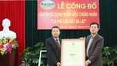 """The ceremory receiving the Certificate for using the trademark """"Cau Dat-Da Lat Arabica Coffee"""" (Photo: Sggp)"""