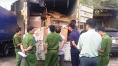 Police officers are checking the truck with smuggled medicine containers (Photo: SGGP)