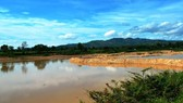 The dam Xuan Tai Company builds to illicitly mine sand (Photo: SGGP)