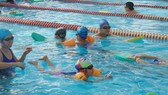 Students are learning swimming lesson in Nguyen Binh Khiem Sport Club in District 1 (Photo: SGGP)