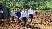 VFF Central Committee President Tran Thanh Man visits people affected by floods in Muong La district, Son La province (Source: baomoi)