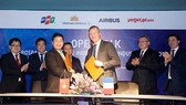 Representatives of Airbus and FPT Software at the signing ceremony to develop aviation technology (Photo: SGGP)