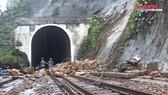 Sạt lở nghiêm trọng, đường sắt qua đèo Hải Vân tê liệt