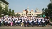 Lãnh đạo UBND TPHCM động viên Đoàn thể thao khuyết tật Việt Nam dự Para Games 9. Ảnh: DŨNG PHƯƠNG