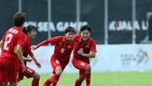 Các cầu thủ Việt Nam khẳng định sự vượt trội trước Myanmar. Ảnh HOÀNG HÙNG
