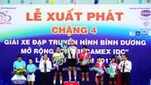 Ban tổ chức trao thưởng cho các tay đua trước khi xuất phát chặng 4. Ảnh: CHÍ THANH