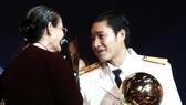 Tiền vệ Nguyễn Hồng Sơn với Quả bóng vàng 2000. Ảnh: QUỐC CƯỜNG