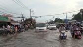 Đường phố ngập trong cơn mưa chiều tối 20-5