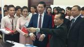Phó Chủ tịch UBND TPHCM, ông Trần Vĩnh Tuyến tham quan gian hàng của Công ty Misa