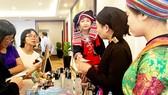 Du khách tham quan, mua đặc sản trực tiếp tại gian hàng giới thiệu sản phẩm của tỉnh Hà Giang sáng 21-7