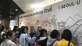 Các bạn trẻ tô màu cho bức tranh Seoul