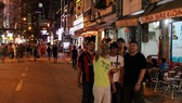 Nhiều du khách nước ngoài tỏ ra thích thú khi đường Bùi Viện cấm xe.
