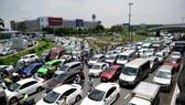 Hàng nghìn xe kẹt cứng suốt 5 giờ ở sân bay Tân Sơn Nhất