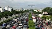 Kẹt xe nghiêm trọng trên đường Phạm Văn Đồng