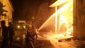 Chiến sĩ công an chống chọi đám cháy kinh hoàng ở quận 4 dù bỏng da, ngạt khói