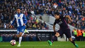 Luis Suarez (phải) lập cú đúp vào lưới đội chủ nhà Espanyol. Ảnh: Dailymail