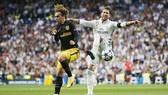 Sergio Ramos (phải, Real) truy cản Antoine Griezmann của Atletico Madrid. Ảnh: Reuters