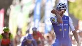 Fernando Gaviria đang ăn mừng chiến thắng lịch sử khi băng qua đích đến.