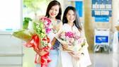 Đạo diễn Hồng Ánh (trái) và diễn viên Ngọc Thanh Tâm được chào đón khi trở về từ LHP quốc tế ASEAN 2017.