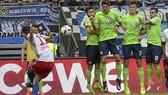 Michael Gregoritsch (Hamburg) tung cú sút phạt trước hàng rào Wolfsburg. Ảnh: Dailymail