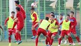 Các cầu thủ Việt Nam thoải mái trong buổi tập cuối trước trận gặp New Zealand. Ảnh: Anh Khoa