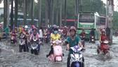 Sau cơn mưa chiều 15-5-2017 nút giao thông Tân Tạo quận Bình Tân ngập nặng. Ảnh: CHÍ THẠCH