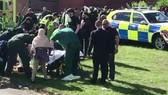 Cấp cứu người bị thương trước Trung tâm Thể thao Westgate ở Newcastle, Tyne, Anh, ngày 25-6-2017. Ảnh: BBC
