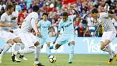 Neymar dứt điểm trong trận thắng Man United.
