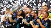Marcelo và đồng đội hân hoan nâng cao chiếc cúp vô địch