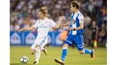 Luka Modric (trái, Real Madrid) kiểm soát bóng trước Mosquera của Deportivo.