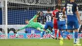 Thủ môn Manuel Neuer bất lực trước pha dứt điểm của Mark Uth (19). Ảnh: BUNDESLIGA