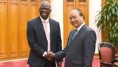 Thủ tướng Nguyễn Xuân Phúc tiếp ông Ousmane Dione, Giám đốc WB tại Việt Nam. Ảnh: VGP